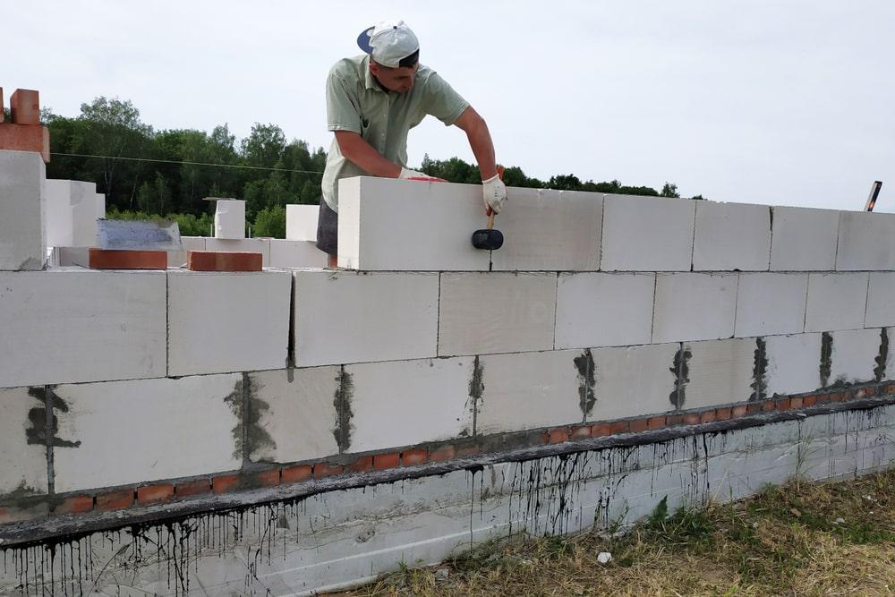 Beton komorkowy – zaprawa klejowa czy tradycyjna